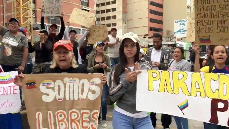 """""""Somos libres"""", dice el cartel que muestra una venezolana en Caracas (Reuters)"""