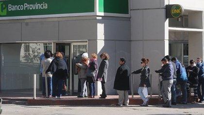 Las autoridades buscan evitar las filas en los cajeros. Por eso habilitan a que se pueda retirar dinero de cualquiera de ellos, sin importar si se es cliente de ese banco o no.