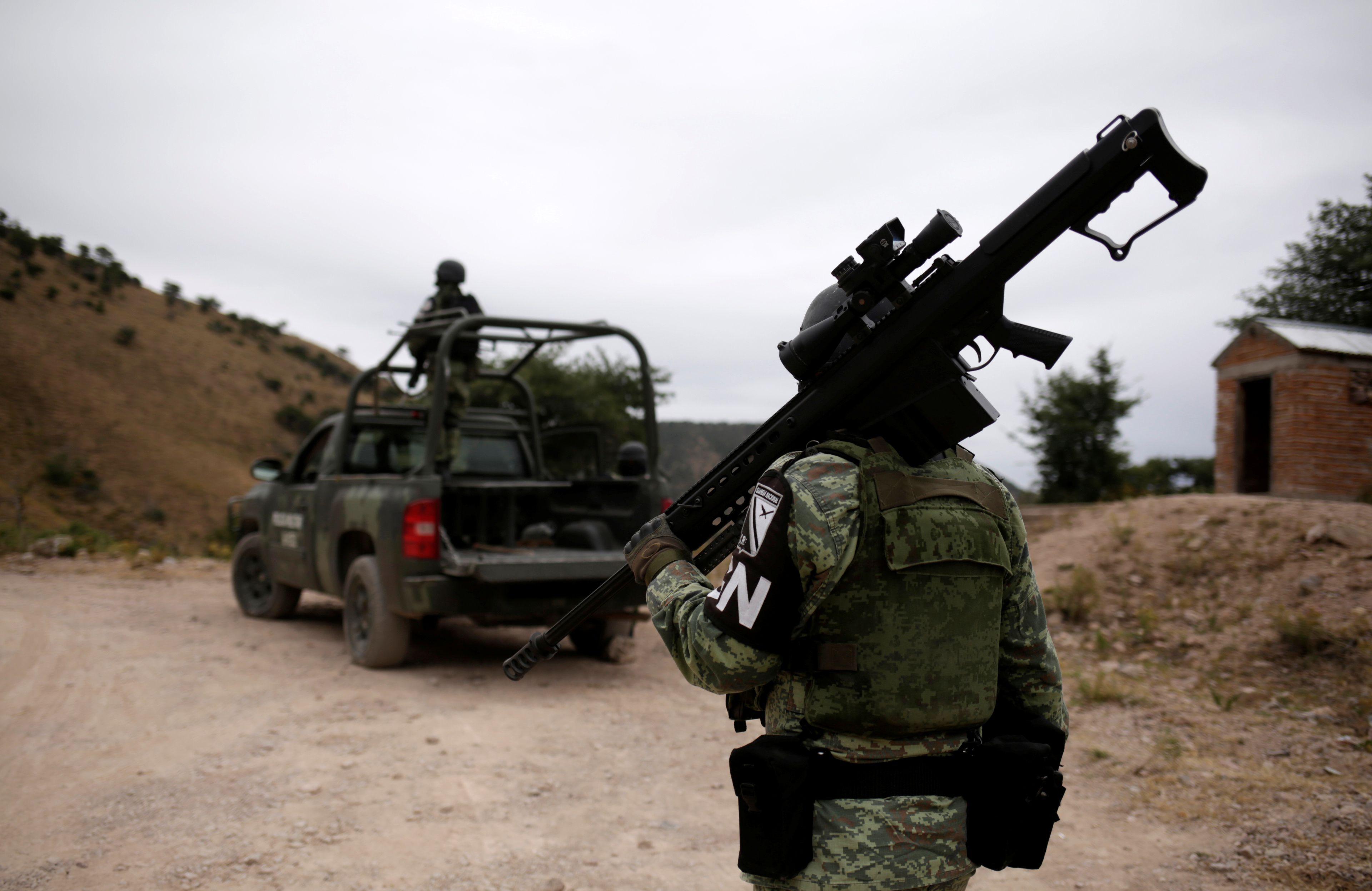 Soldados asignados a la Guardia Nacional vigilan y protegen la caravana que se dirige a sepultar a Rhonita Miller-Lebaron y Dawna Ray Langford y sus hijos que fueron asesinados por sicarios de un grupo criminal (Foto: Reuters/José Luis González)