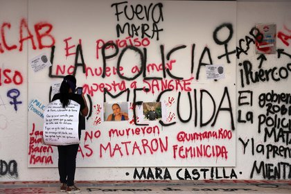 A woman takes a portrait of Victoria Esperanza Salazar, a Salvador immigrant with her cell phone, who was killed by police last Saturday in Toulouse, Quintana Roo (Mexico).  EFE / Alonso Kabul