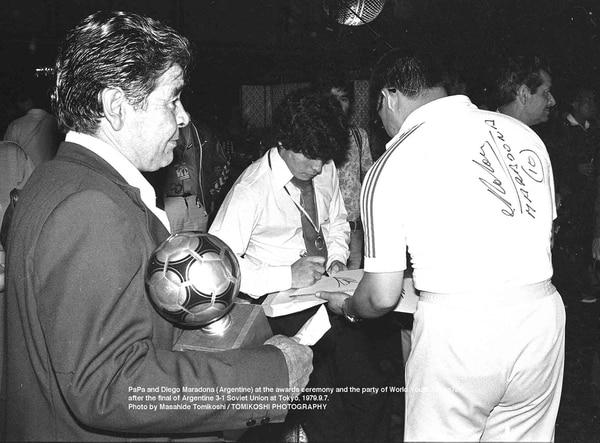 En plena firma de autógrafos, Maradona inició su camino a ser uno de los mejores jugadores de la historia