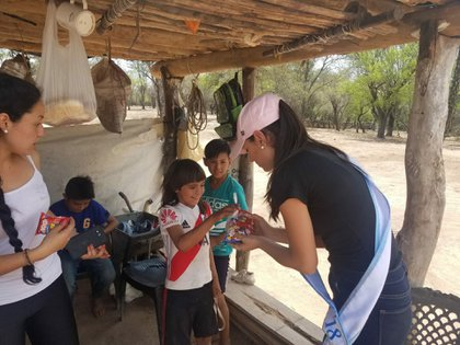 La entrerriana estuvo con los niños repartiendo comida y vestiment