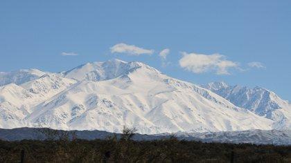 El Cerro El Plata es la montaña más alta del Cordón del Plata, en Mendoza, con 5.969 metros de altura sobre el nivel del mar: su cara sur es una pared casi vertical con un glaciar, atractiva para andinistas expertos