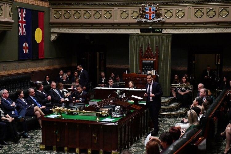 El diputado independiente Alex Greenwich habla durante la aprobación de la enmienda de la Ley de Aborto en el Parlamento Estatal en Sydney, Australia, el 26 de septiembre (AAP Image/Dean Lewins/via REUTERS)