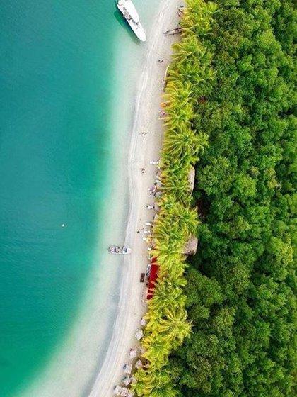 Tres colores de aguas y abundante vegetación en la Playa Estrella (Instagram: @visitpanama)
