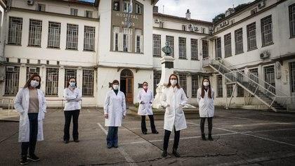 La científica Mariana Viegas con el equipo de trabajo del Consorcio País vienen realizando la vigilancia activa de las variantes del coronavirus (Natalie Alcoba)