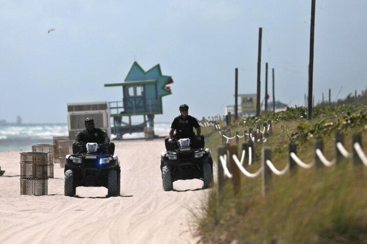 Oficiales de policía controlan que se cumpla la cuarentena en las playas de Miami (REUTERS/Carlos Barria)