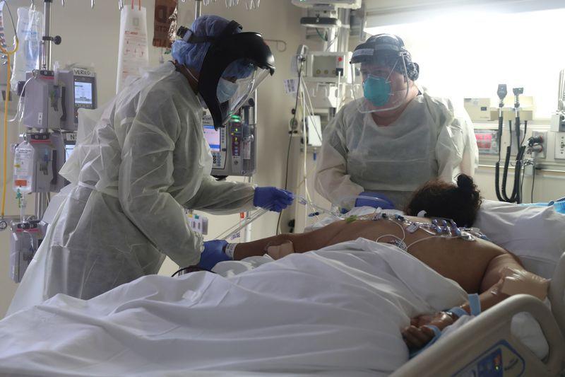 Imagen de archivo de personal médico atendiendo a un paciente que sufre de COVID-19, la enfermedad causada por el coronavirus, en la Unidad de Cuidados Intensivos (UCI) del Hospital Scripps Mercy en Chula Vista, California, Estados Unidos. 12 de mayo, 2020. REUTERS/Lucy Nicholson/Archivo