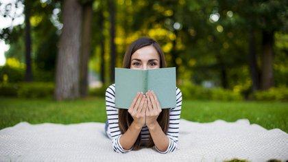Las mujeres tienen una relación más estrecha que los hombres con la literatura, según indican las estadísticas (Getty)