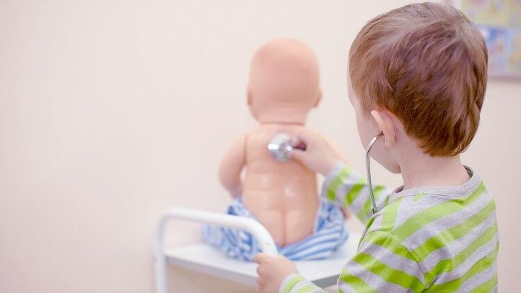 Los juegos simbólicos permiten representar el mundo interno de los niños (Getty)