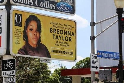 """La salida del número especial de """"O"""" se promociona con 26 grandes carteleras en la vía pública, una por cada año de la vida de Breonna Taylor, en Louisville, Kentucky. (REUTERS/John Sommers II)"""