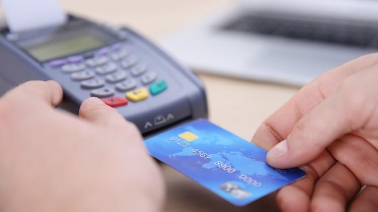 Una de las recomendaciones de la CONDUSEF es no permitir que la persona que vaya a cobrar digite el código de seguridad o CVV. (Shutterstock)