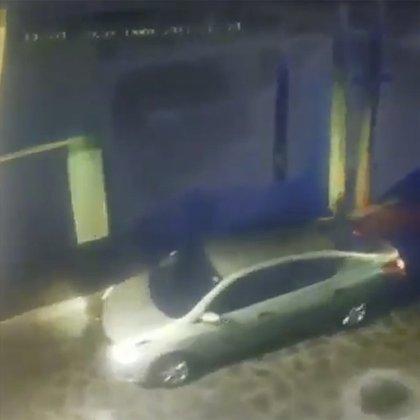 Video capturado por cámaras de circuito cerrado de televisión mostró el momento en que los presuntos agresores dispararon al conductor de Didi para escapar con el automóvil Nissan Versa, que solía trabajar como taxista (Foto: Captura de 'pantalla)