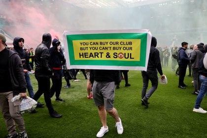 Los fanáticos del United reclaman por la salida de los propietarios del club (Reuters)