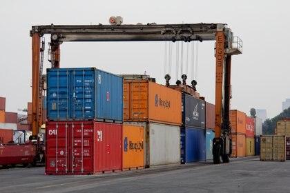 """El saldo de la balanza comercial de bienes y servicios se situó en USD -49,400 millones, obedeciendo a un repliegue de 20.5% de las exportaciones, que sumaron 151,300 millones, y una baja de 13.7% en las importaciones, a 200,700 millones. (FOTO: ENRIQUE ORDî""""EZ/CUARTOSCURO)"""