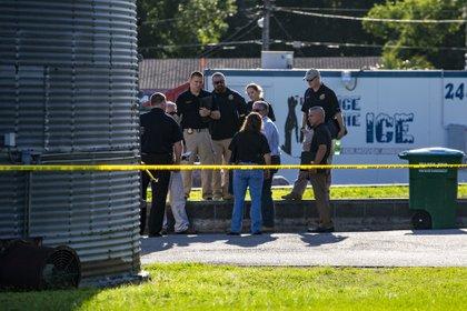 El agresor disparó desde afuera del restaurante, mató a los dos policías y luego se quitó la vida dentro de su auto. (Lauren Bacho/The Gainesville Sun via AP)