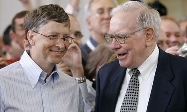 Bill Gates y Warren Buffett, dos de los hombres más ricos del mundo. Las mujeres son más proclives que los hombres a invertir en empresas como Microsoft, en tanto los hombres, más conservadores, priorizan nombres como Berkshire Hathaway, de Buffett, que cumplió 90 años