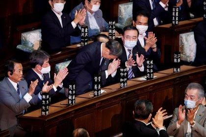 """Yoshihide Suga, conocido popularmente como """"El tío Reiwa agradece a sus compañeros de partido por su nombramiento como nuevo primer ministro japonés.  REUTERS / Kim Kyung-Hoon."""