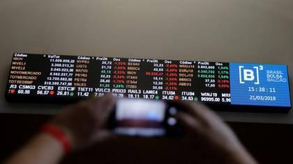 Imagen de archivo de un hombre sacando una foto de la pizarra de cotizaciones de la Bolsa B3 de Sao Paulo.  Mar 21, 2019. REUTERS/Nacho Doce