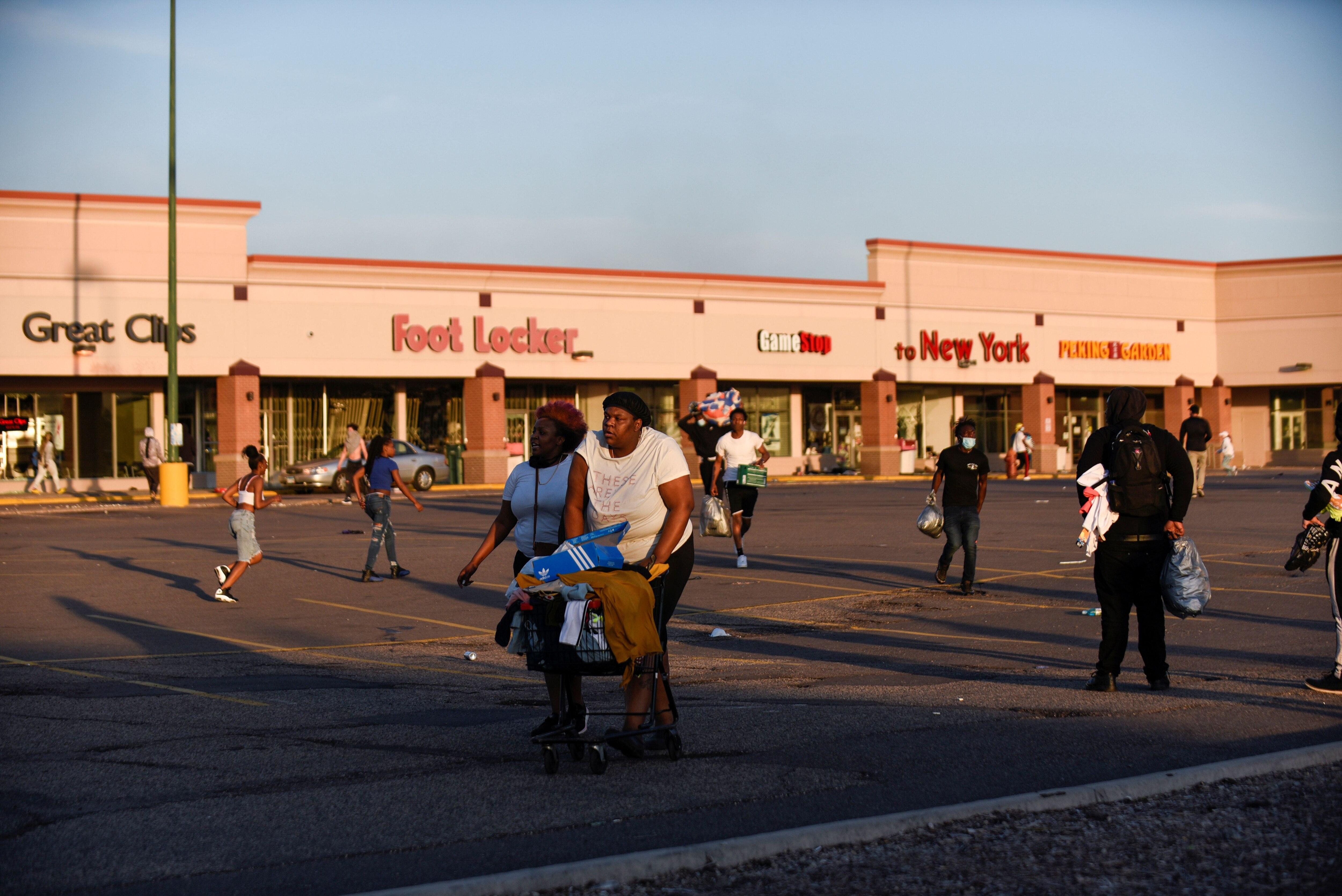 Durante las manifestaciones, se presentaron saqueos a distintos comercios en Minneapolis. REUTERS/Nicholas Pfosi