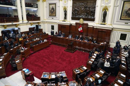 El Congreso de Perú debate la destitución del Consejo Nacional de la Magistratura en un pleno extraordinario que intenta dar respuesta al escándalo de corrupción judicial. (EFE/Ernesto Arias)