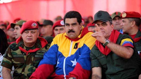 Nicolas Maduro, escoltado por Diosdado Cabello y Padrino López, otros dos hombres fuertes del régimen militar que hoy se radicalizará.