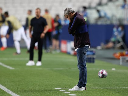 Soccer Football - Champions League - Quarter Final - FC Barcelona v Bayern Munich - Estadio da Luz, Lisbon, Portugal - August 14, 2020  Barcelona coach Quique Setien looks dejected, as play resumes behind closed doors following the outbreak of the coronavirus disease (COVID-19)  REUTERS/Rafael Marchante/Pool
