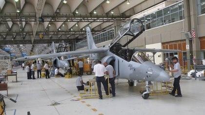 La intención del nuevo gobierno es que FADEA produzca en forma permanente los aviones PAMPA