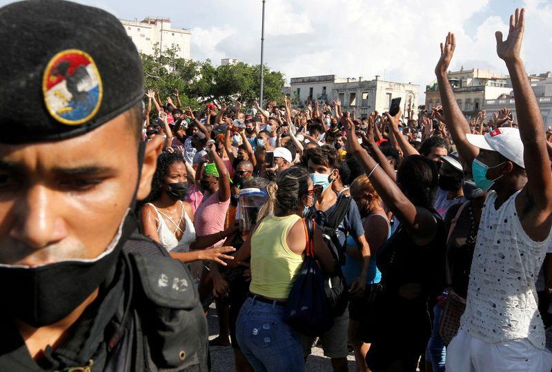 Personas protestan en contra de la dictadura de Cuba