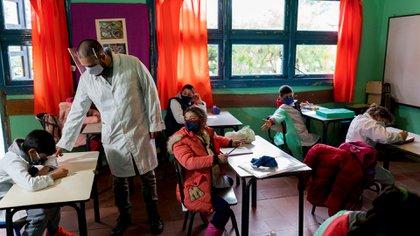 Uruguay se convirtió en abril en el primer país de América Latina en retomar el año lectivo (AP)