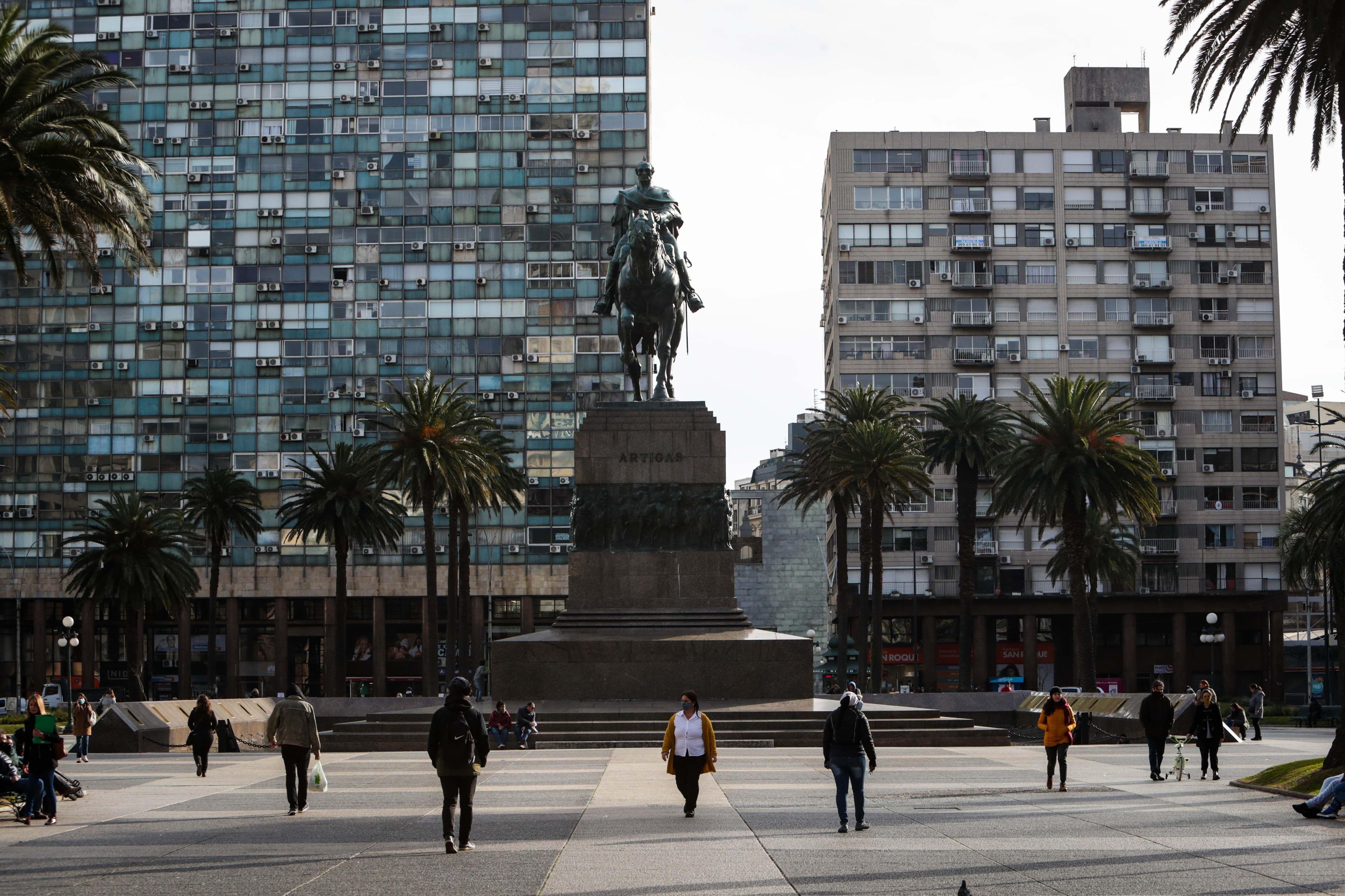 FOTO DE ARCHIVO: Personas con tapabocas caminan en la Plaza Independencia de Montevideo. EFE/Federico Anfitti