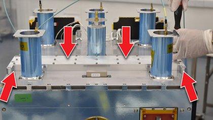 Cápsulas de Celestis rellenas con las cenizas de 152 personas diferentes en el satélite Orbital Test Bed (Foto: General Atomics)