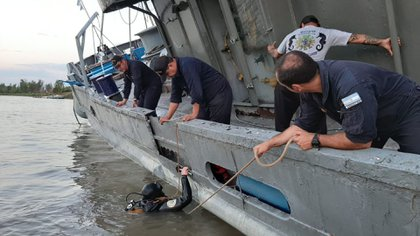 Más de 50 marinos trabajan en tres turnos para evitar el naufragio.