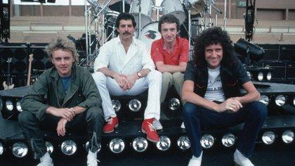 Queen posando en Vélez. Su gira marcó un antes y un después en el showbusiness rockero de la Argentina