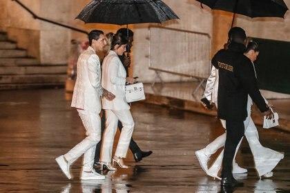 De impecable blanco, Ángel Di María y su pareja también se hicieron presentes (Zakaria ABDELKAFI / AFP)