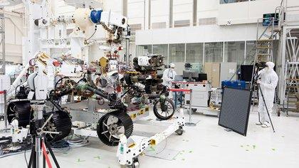 El rover Perseverance durante un test para verificar el funcionamiento de sus 19 cámaras. (NASA/JPL-Caltech)