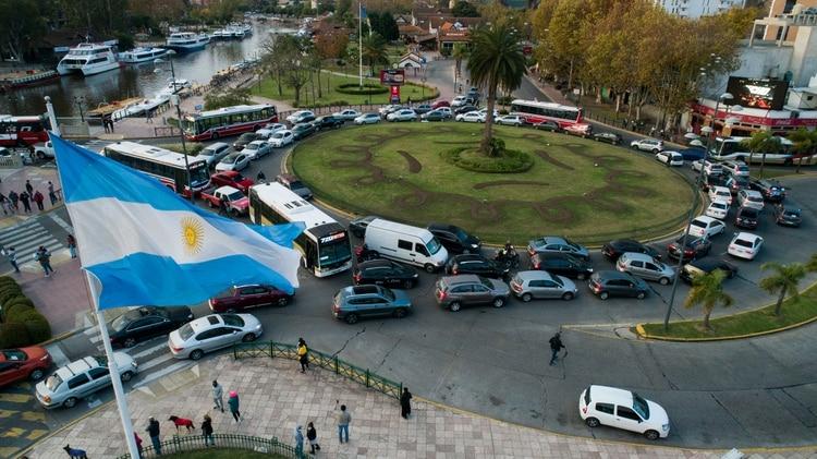 Postal de la caravana de vehículos en Tigre (Thomas Khazki)