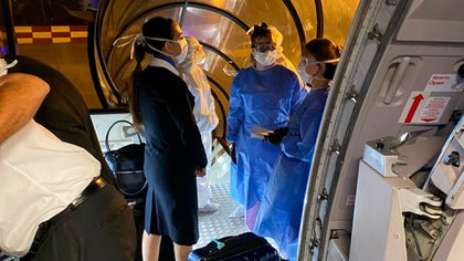 Personal de sanidad ingresó al avión procedente de Miami para controlar a los pasajeros ya que tres de ellos declararon tener algunas líneas de fiebre