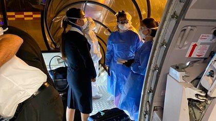 Operativo de seguridad sanitaria en un avión en Ezeiza