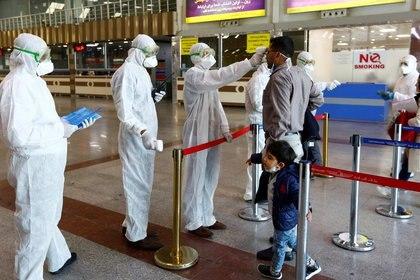 Pasajeros en todos los aeropuertos del mundo son controlados por coronavirus. REUTERS/Alaa al-Marjani