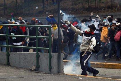 Un manifestante lanza proyectiles en Quito (REUTERS/Carlos Garcia Rawlins)