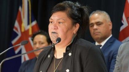 Nanaia Mahuta, quien ha sido nombrada ministra de Relaciones Exteriores de Nueva Zelanda, habla durante el anuncio del gabinete del gobierno en Wellington (Reuters)