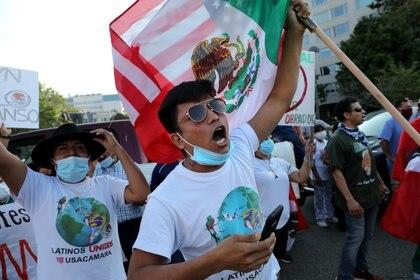 Los simpatizantes de López Obrador cantaron el Himno Nacional Mexicano cerca del monumento a Benito Juárez, en Washington. (Foto: Carlos Barria/Reuters)