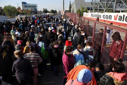 Personas de la tercera edad esperan al exterior de un deportivo para recibir las vacunas contra la covid 19, este martes en el municipio de Ecatepec, Estado de México. EFE/ Carlos Ramírez