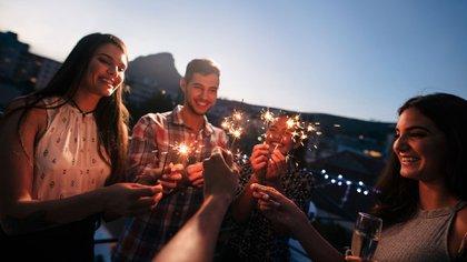 Lo ideal es hacer reuniones de corta duración, en lugares abiertos de las casas y con un máximo de 10 personas conformadas por la familia o convivientes que pertenecen a la misma burbuja sanitaria (Shutterstock)