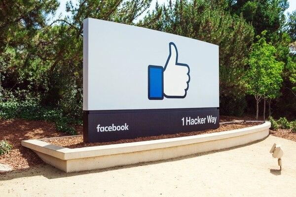 La red social genera enormes ganancias a cambio de un servicio cuyo valor se discute.(Facebook)