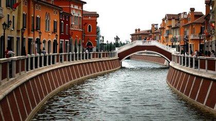 En un centro comercial en China, también se ofrecen paseos en góndola y es una copia casi exacta del río de Florencia y sus alrededores (Istock)