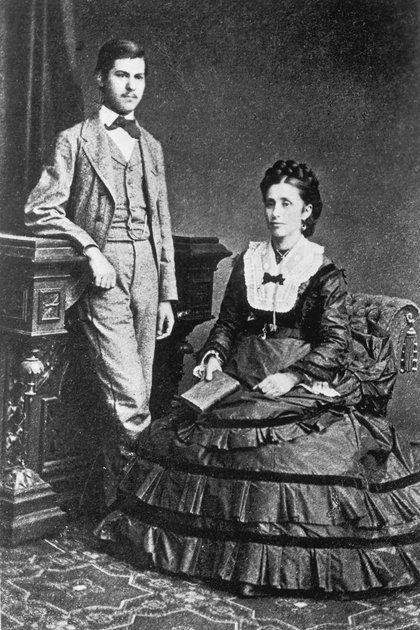 """Sigmund Freud a los 16 años junto a su madre Amalia. """"Cuando un hombre ha sido el favorito indiscutido de su madre, logra conservar toda la vida un sentimiento de vencedor, esa confianza en el éxito que a menudo conduce realmente al éxito"""", dijo el padre del psicoanálisis (Imagno/Getty Images)"""