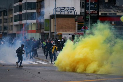 Demonstrators clash with riot police during a protest in Bogota, Colombia, November 21, 2019. REUTERS/Luisa Gonzalez