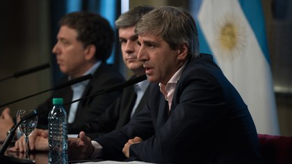 El ministro de Finanzas, Luis Caputo, junto al jefe de Gabinete Marcos Peña y el Ministro de Hacienda, Nicolás Dujovne. (Adrián Escandar)